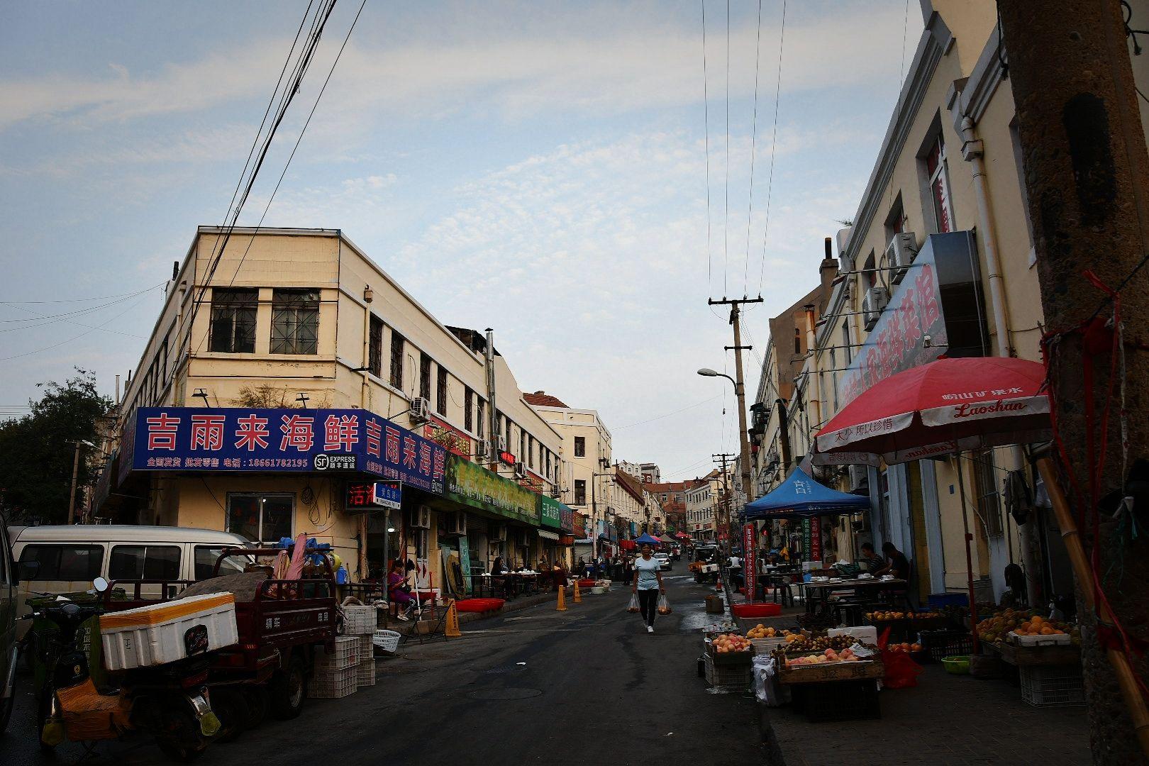 芝罘路海鲜商贩日常营业与生活场景